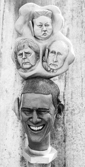 Barak Obama mit Internet-Cloud und Head-Set | Bildhauer Peter Lenk | Paradiesschlange in Singen am HTW