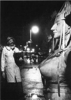 In einer Nacht und Nebelaktion wurde die Statue Imperia vom Bildhauer Peter Lenk im Hafen von Konstanz am Bodensee aufgestellt.