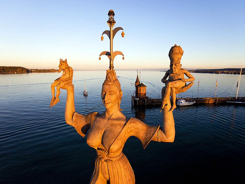 Skulptur von Peter Lenk: Imperia im Hafen von Konstanz am Bodensee
